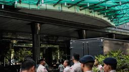 Personel kepolisian disiagakan jelang penyitaan aset di Gedung Granadi, Jakarta, Senin (17/12). Penjagaan ketat tersebut dikarenakan akan ada aksi yang menuntut semua aset Soeharto, keturunan dan kroni-kroninya disita negara. (Liputan6.com/Faizal Fanani)