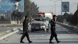 Petugas keamanan memeriksa lokasi serangan bom di Kabul, Afghanistan, Selasa (2/2/2021).  Sebuah bom pinggir jalan meledak Selasa di ibu kota Kabul, menewaskan dua orang dan melukai beberapa orang.  (AP Photo/Rahmat Gul)