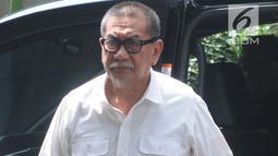 Mantan Wakil Gubernur Jawa Barat, Deddy Mizwar tiba untuk menjalani pemeriksaan di Gedung KPK, Jakarta, Rabu (12/12). Deddy diperiksa dalam penyidikan kasus dugaan suap pengurusan izin proyek pembangunan Meikarta. (Merdeka.com/Dwi Narwoko)