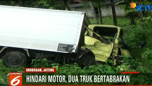 Sebuah sepeda motor hendak menyalip truk kuning di depannya dari arah berlawanan.
