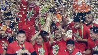 Pemain Persija Jakarta, Ismed Sofyan dan Bambang Pamungkas, mengangkat piala saat selebrasi juara Liga 1 di SUGBK, Jakarta, Minggu (09/12). Persija Jakarta menang 2-1 atas Mitra Kukar. (Bola.com/M Iqbal Ichsan)