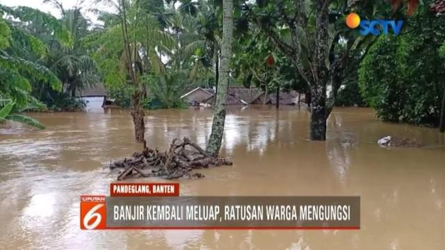 Luapan air Sungai Cipunteun akibat gelombang pasang merendam permukiman warga di Labuan, Banten. Ketinggian air bahkan hingga mencapai 2 meter.