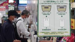 Sebuah pemberitahuan yang mengimbau para pelanggan untuk membawa tas belanja sendiri terlihat di sebuah toko di Tokyo, Jepang, pada 1 Juli 2020. Pemerintah menerapkan kebijakan ini sebagai langkah untuk menekan penggunaan kantong plastik yang berlebihan dan melindungi lingkungan. (Xinhua/Du Xiaoyi)
