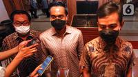 Calon Ketua Umum Kadin Indonesia Anindya Bakrie (tengah), Wali Kota Solo Gibran Rakabuming Raka dan Ketua Kadin Solo Gareng S Haryanto memberi keterangan pers usai membahas rencana membesarkan SMK di Solo untuk kendaraan listrik. (Liputan6.com/Pool/Kadin)