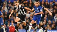 Winger Chelsea, Pedro, coba melewati kawalan pemain Grimsby Town pada laga babak ketiga Piala Liga Inggris di Stamford Bridge, Rabu (25/9/2019). (AFP/Olly Greenwood)