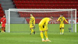 Pemain Borussia Dortmund tertunduk usai takluk oleh Bayer Leverkusen pada laga lanjutan Liga Jerman di BayArena Stadium, Rabu (20/1/2021). Bayer Leverkusen menang 2-1 atas Borussia Dortmund. (AFP/Martin Meissner/pool)
