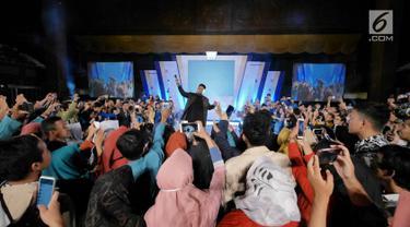 Penyanyi Virgoun saat tampil di acara Emtek Goes To Campus (EGTC) 2018 di Universitas Gadjah Mada, Yogyakarta, Rabu (17/10). Virgoun membawakan tiga lagu di antaranya Bukti dan Surat Cinta untuk Starla. (Liputan6.com/Herman Zakharia)