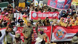 Pegawai Non PNS KNASN dan FHK2I berunjuk rasa di Kantor Kemenpan RB, Jakarta, Rabu (2/5). Mereka menuntut pemerintah memberikan keadilan bagi seluruh pekerja pelayanan publik di pemerintahan untuk menjadi pegawai tetap negara. (Liputan6.com/Johan Tallo)