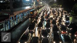 Jalan Jenderal Sudirman dipadati kendaraan saat jam pulang kerja, Jakarta, Selasa (30/8). Kemacetan masih terjadi meski sistem ganjil-genap telah diberlakukan hari ini. (Liputan6.com/Immanuel Antonius)
