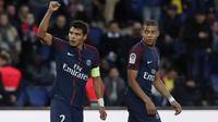 Gaya pemain PSG, Thiago Silva (kiri) merayakan golnya ke gawang FC Metz pada lanjutan Ligue 1 Prancis di Parc des Princes Stadium, Paris (10/3/2018). PSG menang telak 5-0. (AP/Thibault Camus)