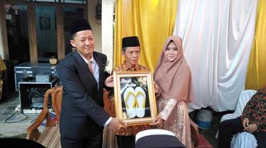 Pernikahan sepasang mempelai dengan mahar sandal jepit. (Foto: Liputan6.com/Istimewa/Muhamad Ridlo).