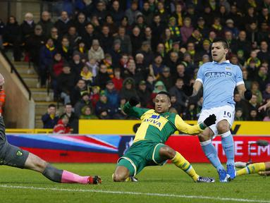 Manchester City, Sergio Aguero (kanan) mencetak gol saat timnya melawan tuan rumah Norwich City pada Babak ketiga Piala FA di Stadion Carrow Road, Norwich, Sabtu (9/1/2016).  (AFP Photo/Lindsey Parnaby)