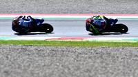 Dua pembalap Movistar Yamaha di MotoGP 2018, Valentino Rossi (kanan) dan Maverick Vinales (kiri). (IZIANA FABI / AFP)