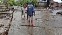 Warga memeriksa kerusakan di desa yang terkena banjir di Ile Ape, di Pulau Lembata, provinsi Nusa Tenggara Timur, Minggu (4/5/2021). Cuaca ekstrem yang mengakibatkan banjir bandang disertai hujan lebat dan angin kencang menerjang sejumlah kawasan di NTT dan NTB. (AP Photo/Ricko Wawo)