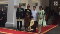 Presiden Joko Widodo bersama putranya Gibran Rakabuming Raka dan cucunya Jan Ethes foto bersama dengan Agus Harimurti Yudhoyono dan istri Annisa Pohan jelang upacara HUT ke-74 RI di Istana Negara, Sabtu (17/8/2019). (Liputan6.com/Lizsa)