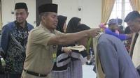 Meningkatkan mutu pendidikan di Kabupaten Siak, Pemkab Siak memberikan beasiswa kepada siswa/siswi yang berprestasi dan Hafiz Qur'an untuk melanjutkan sekolah ke jenjang yang lebih tinggi.
