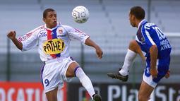 1. Sonny Anderson. Striker asal Brasil ini malang melintang di Liga Prancis dengan memperkuat Olimpique Marseille, AS Monaco dan Olimpique Lyon. Sebelum ke Lyon, ia sempat hijrah ke Barcelona pada tahun 1997-1999. Pensiun pada 2007 di Lyon setelah mencicipi Liga Qatar. (AFP/Olivier Morin)
