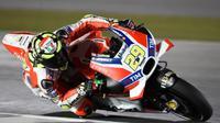 Pebalap Ducati, Andrea Iannone, menjadi yang tercepat pada sesi latihan bebas kedua (FP2) MotoGP Qatar di Sirkuit Losail, Jumat (18/3/2016). (Crash)
