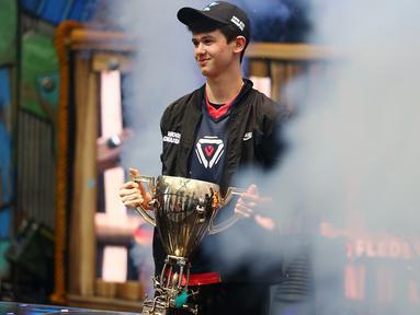 Remaja AS, Kyle Giersdorf alias Bugha merayakan kemenangannya pada turnamen game Piala Dunia Fornite kategori tunggal di Arthur Ashe Stadium, New York, Minggu (28/7/2019). Remaja 16 tahun ini membawa pulang hadiah senilai 3 juta dollar AS atau setara Rp 42 miliar. (Mike Stobe/Getty Images/AFP)