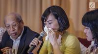 Veronica Tan, menangis membacakan surat yang ditulis tangan Basuki Tjahaja Purnama (Ahok), pada konferensi pers di Jakarta, Selasa (23/5). Surat itu menjelaskan alasan Ahok mencabut upaya banding atas vonis dua tahun penjara. (Liputan6.com/Faizal Fanani)