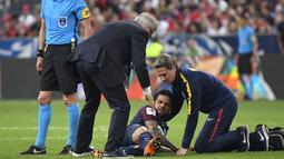 Petugas medis PSG memeriksa Daniel Alves saat laga Piala Prancis melawan Les Herbiers di Stade de France, Saint-Denis, (8/5/2018). Dani harus menjalani pemeriksaan ketat dari tim dokter Brasil. (AFP/Damien Meyer)