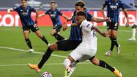 Tampak bintang PSG, Neymar dikepung pemain Atalanta pada laga perempat final Liga Champions, Kamis (13/8/2020) dini hari WIB. (RAFAEL MARCHANTE / POOL / AFP)