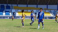 Pemain Persib Bandung berlatih di Stadion Gelora Bung Karno (GBK), Jakarta, Sabtu (28/4/2018). (Bola.com/Erwin Snaz)