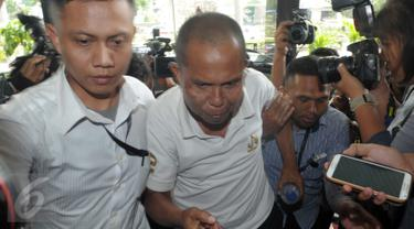 Salah satu tersangka yang terjaring dalam operasi tangkap tangan (OTT) di Bengkulu setelah dipindahkan ke Gedung KPK, Jakarta, Selasa (24/5).Tersangka tersebut tersangkut kasus korupsi di Rumah Sakit M Yunus, Bengkulu. (Liputan6.com/Helmi Afandi)