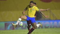 Penyerang Brasil, Gabriel Jesus, berebut bola dengan bek Venezuela, Luis Del Pino Mago, pada laga lanjutan kualifikasi Piala Dunia 2022 zona CONMEBOL di Stadion Morumbi, Sabtu (14/11/2020) pagi WIB. Brasil menang 1-0 atas Venezuela. (AFP/Nelson Almeida/pool)