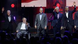 Lima mantan Presiden AS Jimmy Carter, George H.W. Bush, George W. Bush, Bill Clinton dan Barack Obama menyapa tamu undangan saat acara konser amal di College Station, Texas (21/10). (AP Photo/LM Otero)