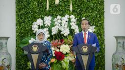 Presiden Joko Widodo (kanan) dan Presiden Singapura, Halimah Yacob melakukan konferensi pers bersama saat kunjungan kenegaraan di Istana Bogor, Jawa Barat, Selasa (4/2/2020). Dalam pertemuan tersebut kedua negara membahas kerjasama terutama dalam sektor bisnis. (Liputan6.com/Faizal Fanani)