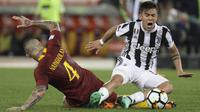 Striker Juventus, Paulo Dybala, berebut bola dengan gelandang AS Roma, Radja Nainggolan, pada laga Serie A di Stadion Olimpico, Senin (14/5/2018). AS Roma imbangi Juventus dengan skor 0-0. (AP/Gregorio Borgia)