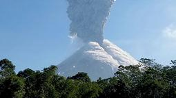 Gunung Merapi memuntahkan abu vulkanik terlihat di Cangkringan, Yogyakarta, (1/6). Gunung Merapi kembali meletus mengeluarkan abu mencapai ketinggian sekitar 6 kilometer (4 mil) dan berlangsung dua menit. (AP Photo/Slamet Riyadi)