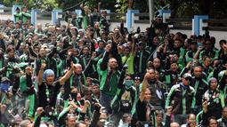 Pengemudi ojek on-line GrabBike meneriakkan tuntutan saat unjuk rasa di belakang kantor Grab di kawasan Kuningan, Jakarta, Kamis (5/1). Mereka menuntut pihak perusahaan menaikkan tarif argo per kilometernya. (Liputan6.com/Helmi Fithriansyah)