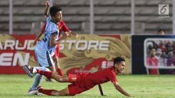 Pemain tengah Timnas Indonesia U-16, Marselino Ferdinan terjatuh saat berebut bola dengan pemain Kepulauan Mariana Utara U-16 pada laga kualifikasi Piala AFC U-16 2020 Grup G di Stadion Madya Gelora Bung Karno, Jakarta, Rabu (18/9/2019). Indonesia U-16 unggul 15-1. (Liputan6.com/Helmi Fithriansyah)