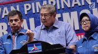 Ketum Partai Demokrat Susilo Bambang Yudhoyono (tengah) menyampaikan keterangan di DPP Demokrat, Jakarta, Senin (30/10). Menurut SBY, partainya mendapat jaminan dari pemerintah agar UU Ormas segera direvisi usai disahkan. (Liputan6.com/Faizal Fanani)
