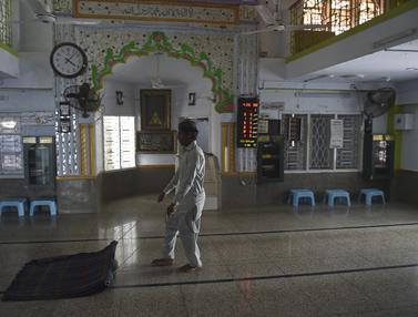 Persiapan Masjid di Pakistan Sambut Datangnya Bulan Ramadan