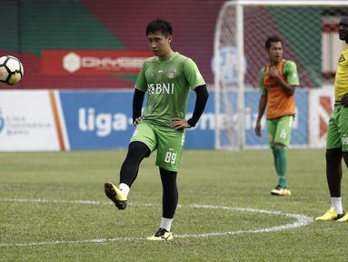 Pemain Bhayangkara FC, Lee Yoo-joon, mengontrol bola saat latihan di Stadion PTIK, Jakarta, Minggu (2/12). Latihan ini persiapan jelang laga Liga 1 melawan PSM Makassar. (Bola.com/Yoppy Renato)