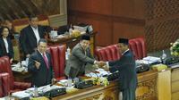 Wakil ketua DPR RI Fahri Hamzah bersalaman dengan Mentan Amran Sulaiman saat Rapat Paripurna ke-10 DPR RI Masa Persidangan I Tahun Sidang 2019- 2020, Jakarta, Selasa (24/09).