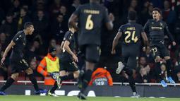 Pemain Vitoria de Guimaraes, Marcus Edwards (kanan) berselebrasi usai mencetak gol ke gawang Arsenal pada pertandingan lanjutan Grup F Liga Europa di Stadion Emirates, London (24/10/2019). Arsenal menang tipis atas Vitoria dengan skor 3-2. (AP Photo/Alastair Grant)