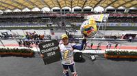 Jorgen Martin selebrasi usai menang juara dunia Moto3 di Sepang Malaysia (Foto: www.motogp.com)