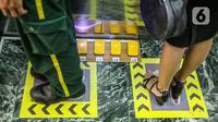Karyawan mencoba fasilitas tombol lift dengan kaki di Mal Central Park, Jakarta, Rabu (3/6/2020). Selain menerapkan protokol kesehatan, pusat perbelanjaan juga menyediakan fasilitas pendukung 'physical distancing' sebagai persiapan operasional di era normal baru. (Liputan6.com/Faizal Fanani)