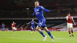Striker Leicester City, Jamie Vardy, melakukan selebrasi usai mencetak gol ke gawang Arsenal pada laga Liga Inggris di Stadion Emirates, Minggu (25/10/2020). Arsenal tumbang dengan skor 0-1. (Catherine Ivill/Pool via AP)