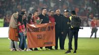 Stiker Persija Jakarta, Bambang Pamungkas, saat momen pensiun usai melawan Persebaya Surabaya pada laga Liga 1 di SUGBK, Jakarta, Selasa (17/12). Bepe mengakhiri kariernya pada musim ini. (Bola.com/Yoppy Renato)