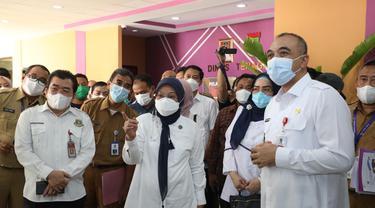 Menaker Ida Fauziyah saat meninjau Posko THR Disnaker Kabupaten Tangerang, Banten, Selasa (11/5/2021).