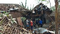 Rumah yang diduga menjadi tempat produksi mercon atau petasan luluh lantak akibat ledakan di Kabupaten Malang, Jawa Timur. (Foto: Fiska Tanjung/JawaPos.com)