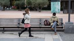 Orang-orang yang mengenakan masker terlihat di Columbus Plaza, Madrid, Spanyol, 21 Oktober 2020. Hingga 21 Oktober 2020, jumlah kasus COVID-19 di Spanyol sejak awal pandemi telah mencapai angka 1.005.295. (Xinhua/Meng Dingbo)