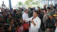 Menko Polhukam Wiranto saat meninjau pengungsi warga Wamena di Jayapura. (Istimewa)