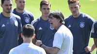 Pelatih Jerman Joachim Loew berbicara kepada timnya dalam latihan di Herzogenaurach, Jerman, Jumat, 18 Juni 2021, sehari sebelum melawan Portugal pada laga kedua Grup F Euro 2020. (Federico Gambarini//dpa via AP)