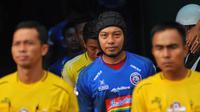 Bek Arema, Hamka Hamzah,bermain dengan helm pelindung saat melawan Persipura di Stadion Gajayana, Malang (4/7/2019). (Bola.com/Iwan Setiawan)